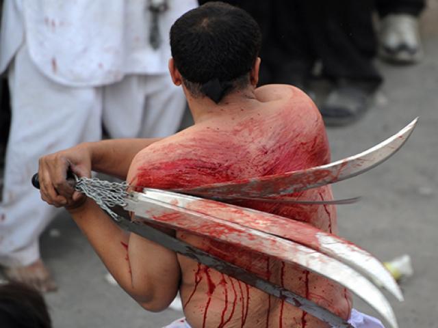 Hàng triệu người dùng dao, kiếm tự chém mình trong lễ hội đẫm máu nhất hành tinh