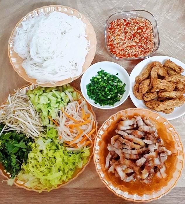 "tuan chi an com 2 bua, con lai vo dam nau bun, lau, pho nhung chong van ""chen"" ngon lanh - 6"