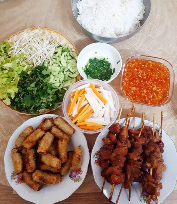 "tuan chi an com 2 bua, con lai vo dam nau bun, lau, pho nhung chong van ""chen"" ngon lanh - 13"