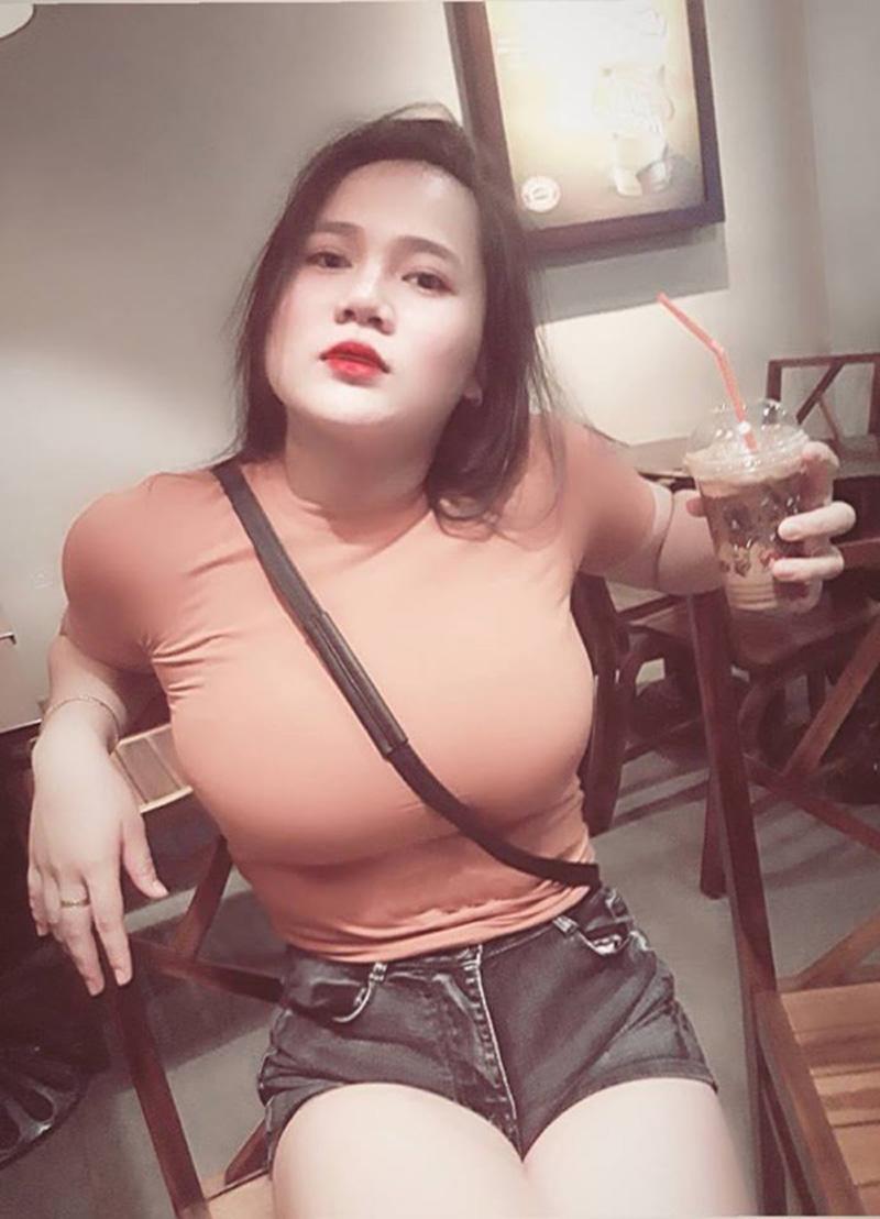 Mới đây, cộng đồng mạng Việt Nam lại xôn xao với những bức ảnh khoe vòng một khủng của cô nàng nữ sinh Quảng Ngãi. Theo đó, vòng một đẫy đà hơn 1 mét của cô nàng căng tràn trong mọi trang phục.