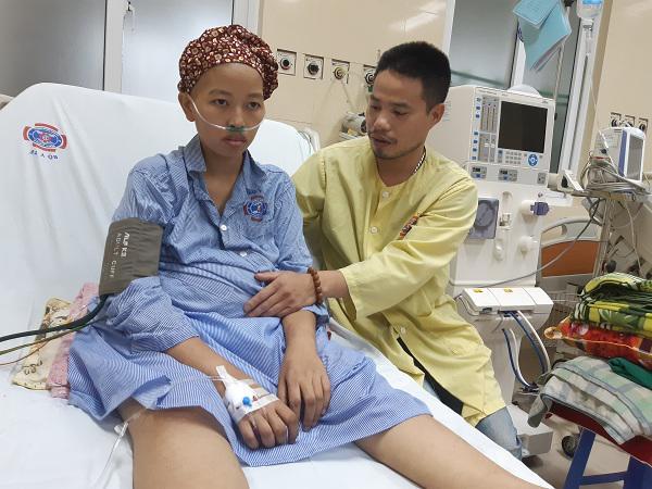 Anh Hùng luôn bên cạnh động viên vợ vượt qua giai đoạn khó khăn nhất của cuộc đời.