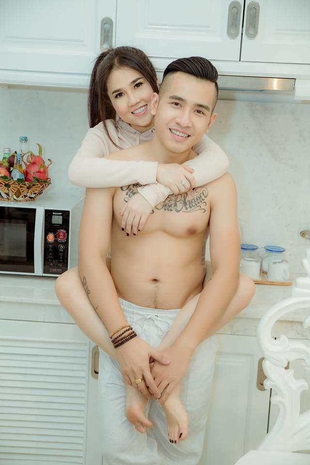 chi ngoc trinh sap sinh con cho chong kem tuoi, con trai co duoc bo duong cham soc the nay! - 2