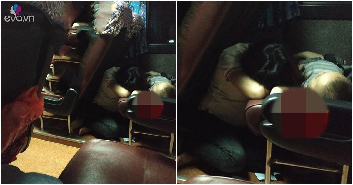 Hình ảnh người mẹ ngủ gục trên xe khách canh giấc ngủ của con gây xúc động