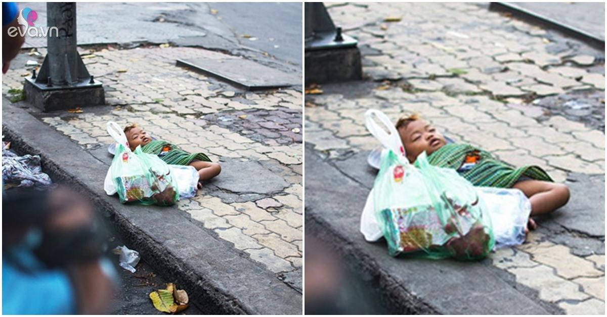 Em bé ngủ bên lề đường: Cha mẹ con đâu, xin hãy đến và ôm con vào lòng