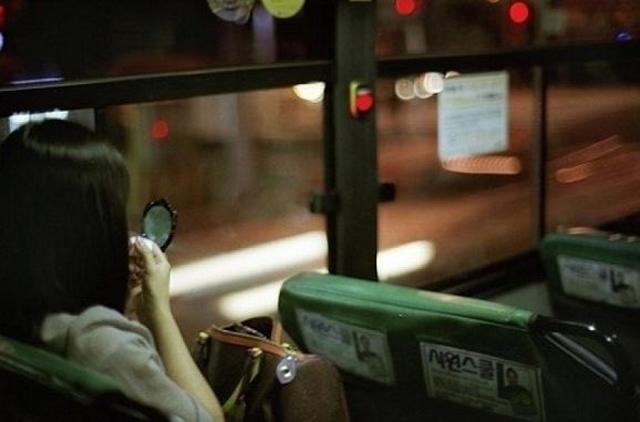 """thay nguoi dan ong doi cho tren xe buyt, co gai soc nang vi hanh dong coi quan """"tu suong"""" - 1"""