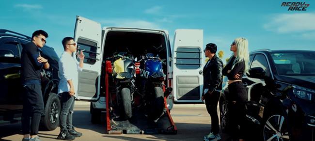 vuot qua dinh kien xa hoi, dua xe tro nen day nghe thuat trong phim ready to race - 4