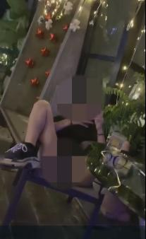 """gái trẻ mạc quàn nhu khong tren pho sai gon khien nguoi di duong """"nong mat"""" - 2"""
