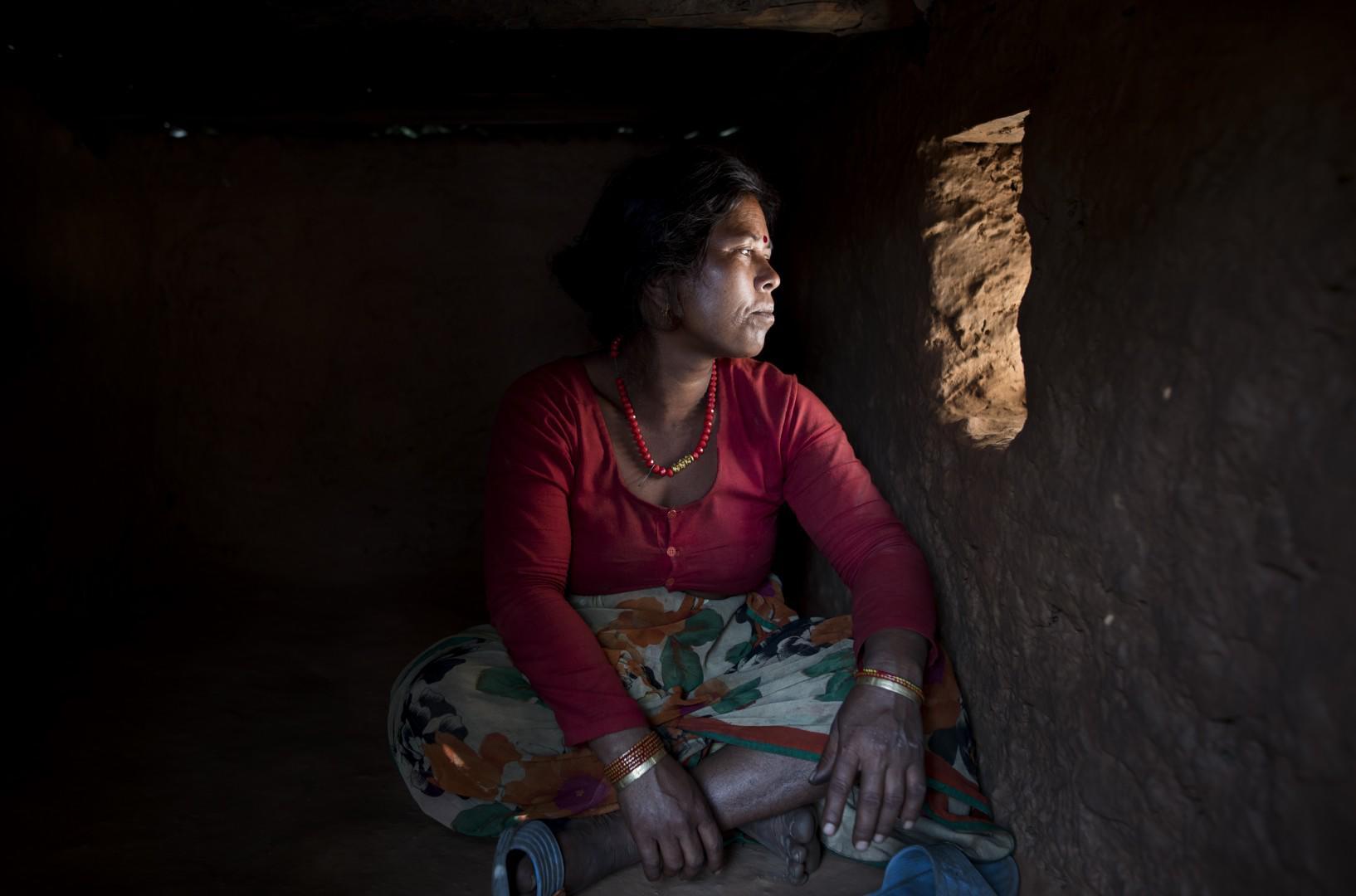 "ky quac tuc le duoi phu nu ra khoi nha khi ""den thang"" o nepal - 6"