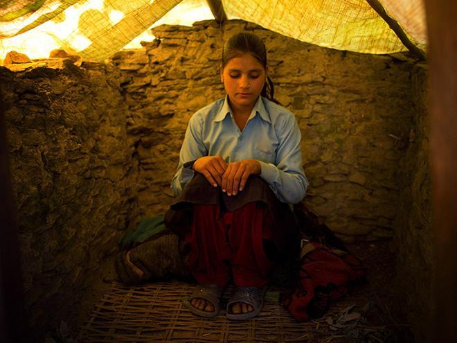 "ky quac tuc le duoi phu nu ra khoi nha khi ""den thang"" o nepal - 8"