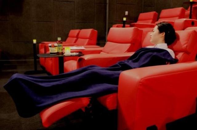 Ngủ quên trong rạp chiếu phim, cô gái tỉnh dậy thấy nắm tay trai đẹp và cái kết không ngờ
