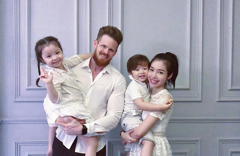 Tuy nhiên, mọi tin đồn đã được dập tắt khi bức ảnh gia đình hạnh phúc của Elly Trần bên chồng con lộ ra. Được biết, chồng cô là một doanh nhân người Mỹ, hiện làm trong lĩnh vực thể hình tại Việt Nam.