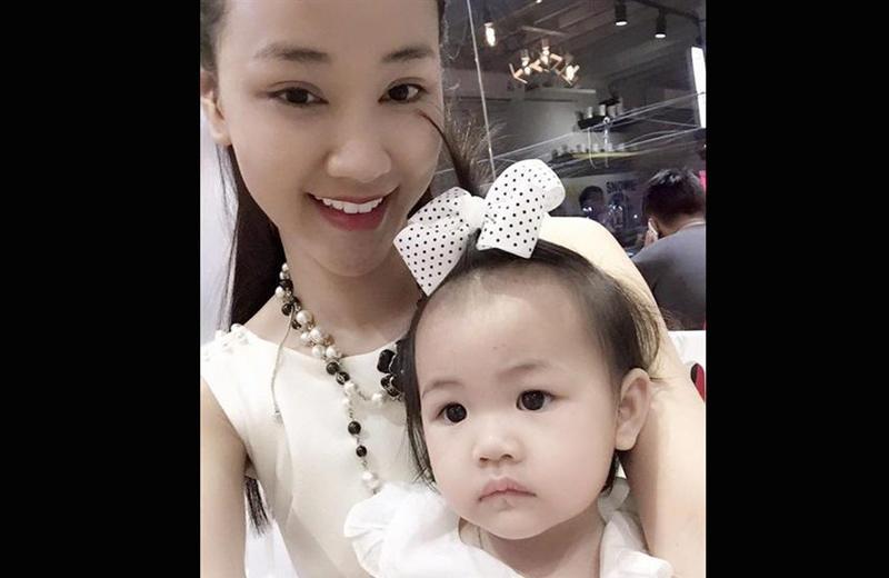 Maya lần đầu hé lộ chuyện sinh con vào tháng 3/2015 khi đăng tải một bức ảnh của con gái trên trang cá nhân. Sau nửa năm, cô lặng lẽ về nước và tuyên bố chuyện đã sang Mỹ sinh con.