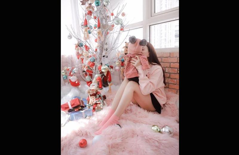 Gần giữa tháng 12/2018, Trà Ngọc Hằng khiến nhiều người bất ngờ khi thừa nhận cô đã bí mật sinh con và làm mẹ đơn thân. Ban đầu cô không muốn công khai việc có con vì sợ sẽ bị 'lời ra tiếng vào'.