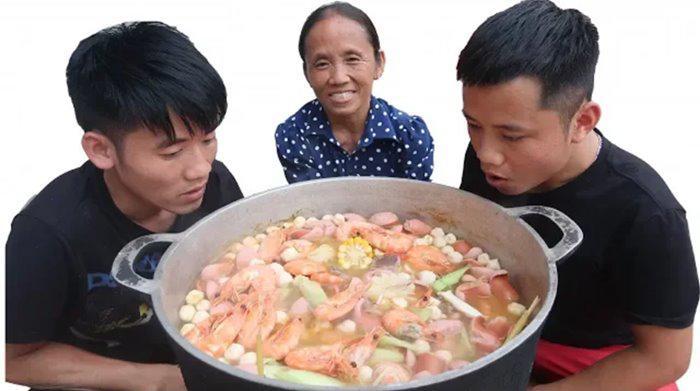 """bat trend cuc manh: ba tan vlog lam lau thai """"sieu cay khong lo"""" mung chien thang cua tuyen vn - 1"""