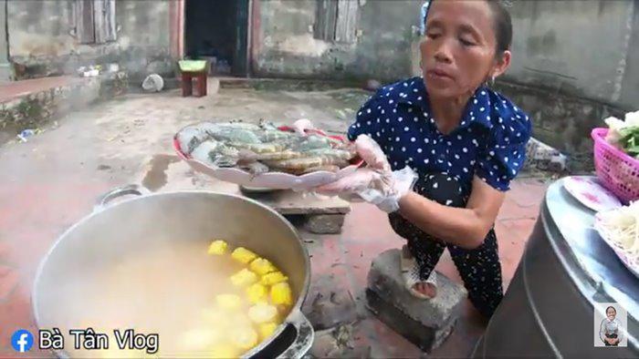 """bat trend cuc manh: ba tan vlog lam lau thai """"sieu cay khong lo"""" mung chien thang cua tuyen vn - 3"""