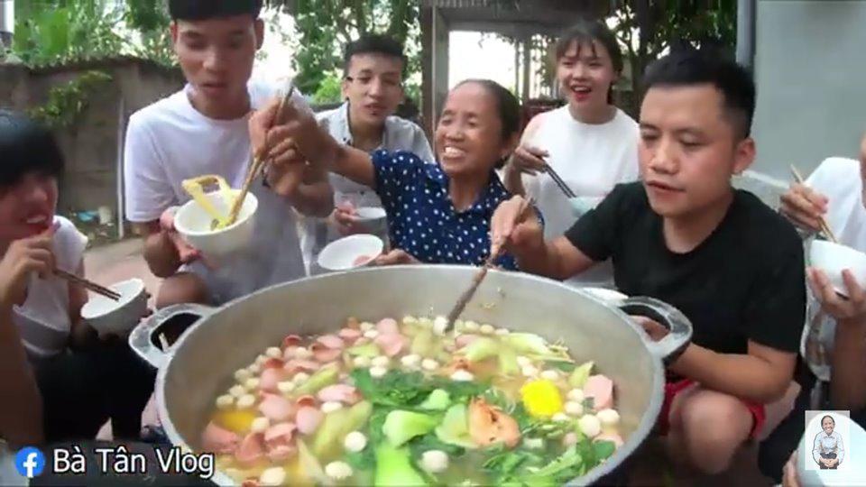"""bat trend cuc manh: ba tan vlog lam lau thai """"sieu cay khong lo"""" mung chien thang cua tuyen vn - 4"""