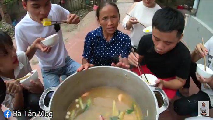 """bat trend cuc manh: ba tan vlog lam lau thai """"sieu cay khong lo"""" mung chien thang cua tuyen vn - 5"""