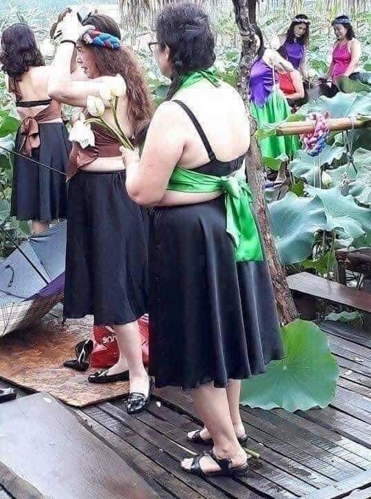 "dan mang lao vao ""khau nghiep"" nhom phu nu trung nien dien ao yem chup sen nhung su that la... - 1"