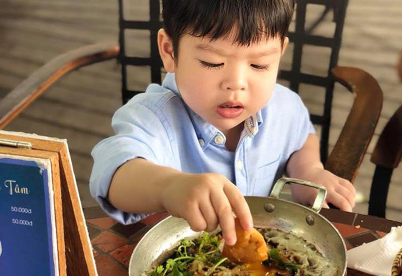 Các ngày đặc biệt của béBửu Longở trường học cô cũng không được biết hay cả chuyện đón con thìNhật Kim Anhcần phải có ông bà nội hoặc chồng cũ thì mới được phép.
