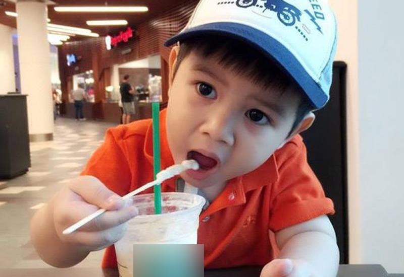 Chia sẻ về lý do để con trai cho chồng chăm sóc, thời điểm đó Quỳnh Chi thừa nhậnbản thân còn trẻ không có nhiều thời gian cũng như điều kiện để chăm sóc bé Gia Phúc.