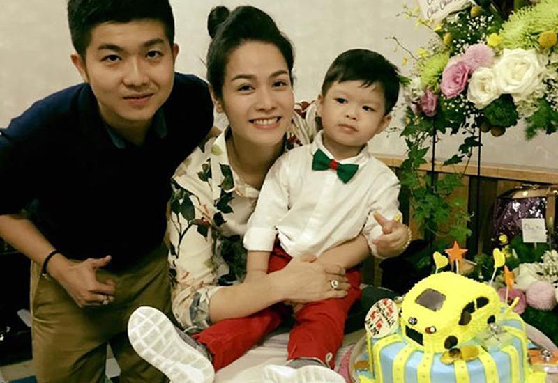 Thế nhưng hôn nhân trục trặc, thương bố mẹ chồng chỉ có 1 con trai, 1 cháu mà thời điểm đó công việc của cô không ổn định, kinh tế không có điều kiệnnên Nhật Kim Anh đã đồng ý nhường quyền nuôi con cho nhà chồng.