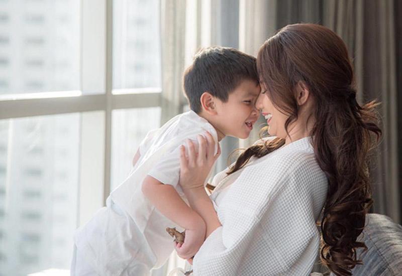 Quỳnh Chi cũng từng khiến nhiều người xúc động khi viết một tâm thư gửi con trai. 'Mẹ tự hào cuộc đời này chưa từng làm điều gì để phải cúi đầu, nhưng mẹ phải cúi đầu khi ai đó vô tình nhắc đến con'.