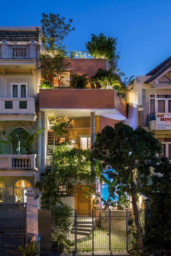 Ngôi nhà xiêu vẹo kỳ lạ tại Việt Nam nổi tiếng khắp báo nước ngoài - 1