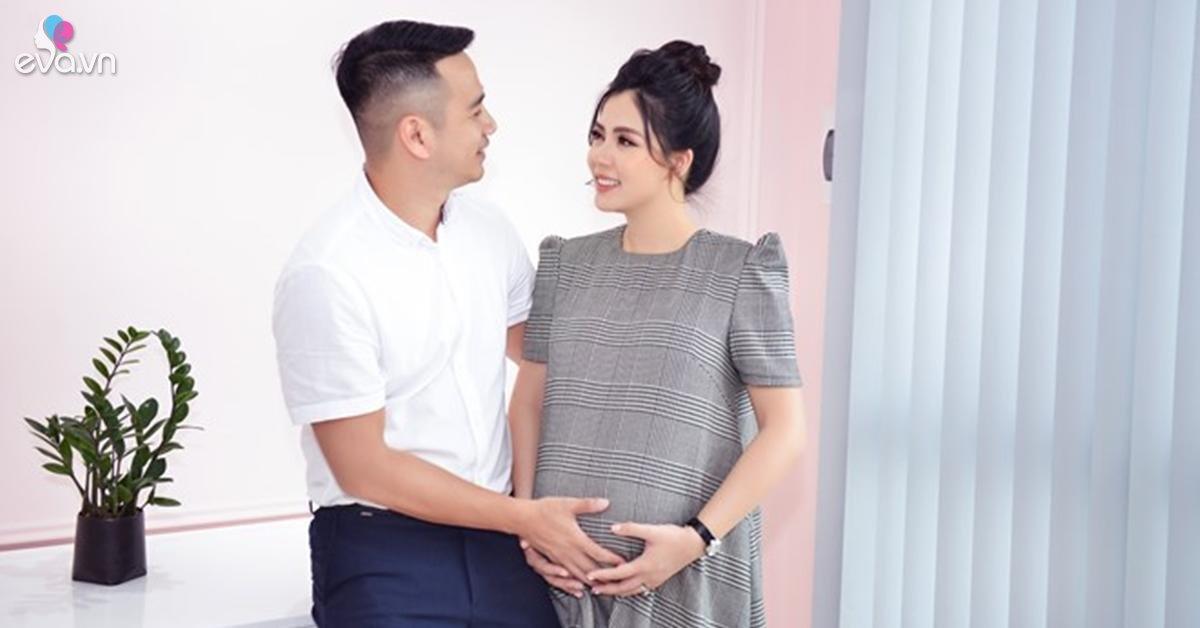 Ở tháng cuối của thai kỳ thứ 3, bà bầu Ngọc Hiền được chồng doanh nhân kè kè chăm sóc