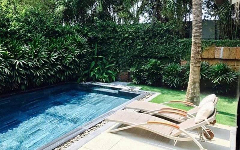 Căn nhà có hồ bơi nhỏ bên ngoài để bơi, thư giãn, tắm nắng.