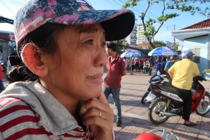 """me nuoi bat khoc doi 2 con truoc cong diem thi: """"chi can con co, kho may me cung chiu"""" - 2"""
