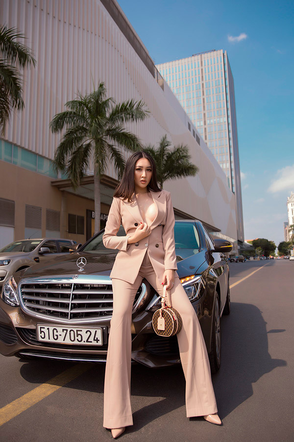 huynh thuy anh khoe anh street style, bien hoa lien tuc voi loat do hieu - 1