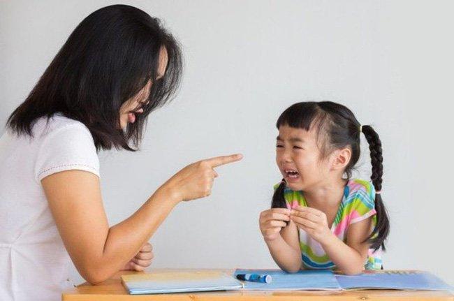 """Cha mẹ thường nói """"nhà mình nghèo lắm"""" dễ khiến con cái thất bại trong tương lai"""