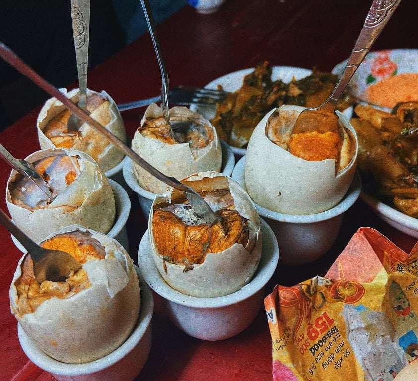 Nếu là tín đồ ăn đêm, bạn không thể bỏ quá món trứng vịt lộn nướng ở Ninh Bình
