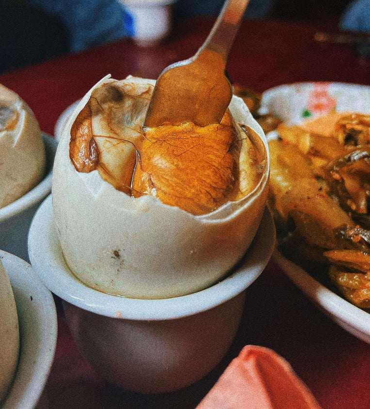 Trứng vịt lộn được nướng đủ độ vẫn mọng nước, mềm ngọt