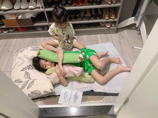 Cảnh bỉm sữa của Ốc Thanh Vân: Không phút nào được một mình, con nằm chờ cửa nhà vệ sinh