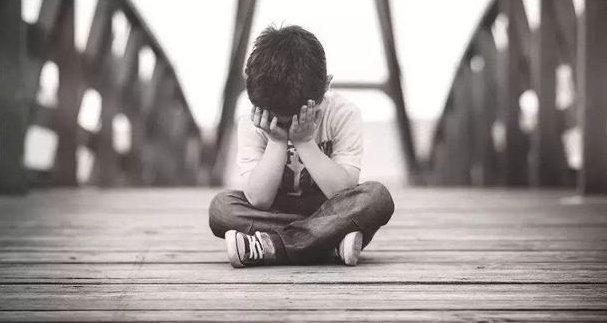 Bé trai 13 tuổi làm amp;#34;chaamp;#34; của 5 đứa trẻ, bật khóc dưới gốc cây sau nhà vì tủi thân - 5