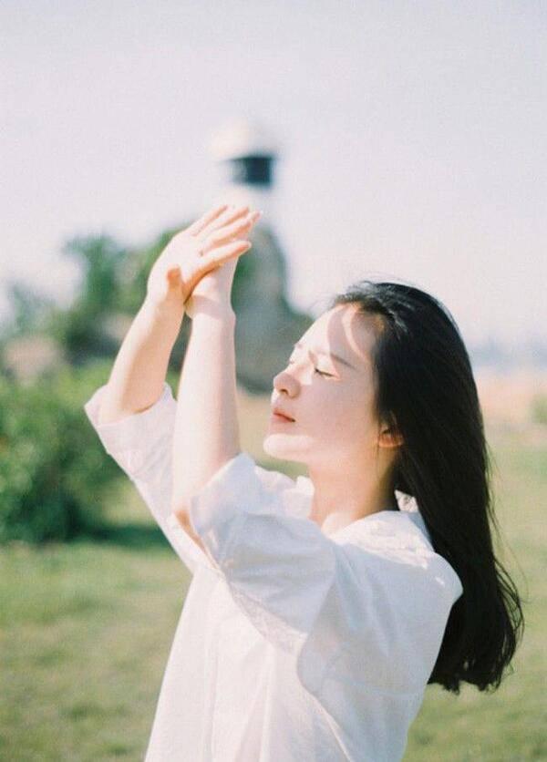 Nhật Lê hứng nắng khoe mặt mộc hoàn hảo, liệu da cô nàng có bị tàn phá?