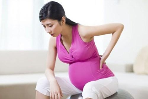 thai 30 tuần: bé có thể tự nắm bàn chân