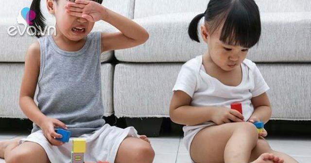 3 điều cha mẹ thông minh hay dạy con đối phó khi bị bạn cướp đồ chơi