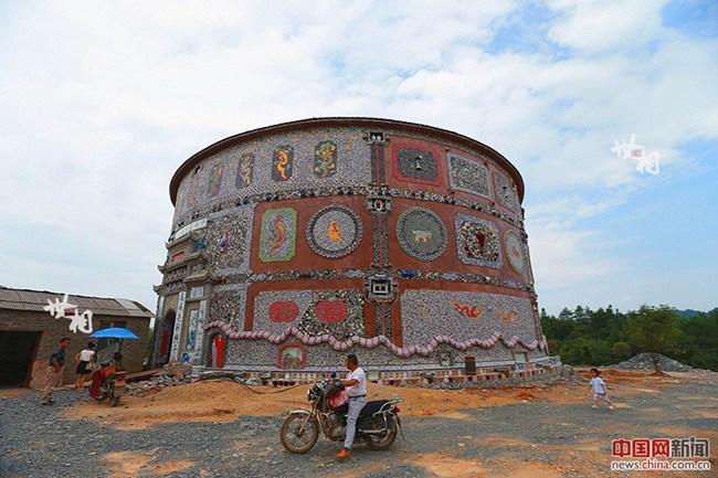Cụ bà gần 90 tuổi bỏ 19 tỷ xây tòa nhà khiến cả làng