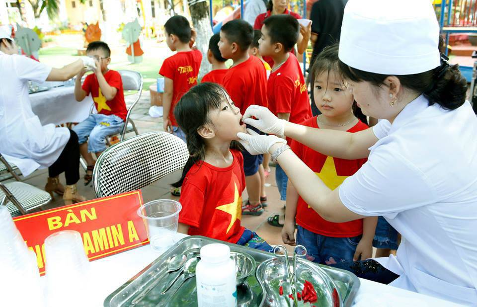 ngay 1-2/6, me dua con trong do tuoi di uong vitamin a mien phi tai cac diem xa, phuong - 1