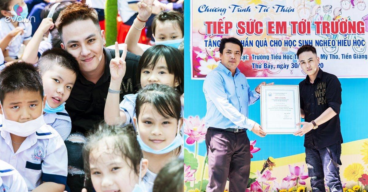 Ca sĩ Dương Tùng Nhân đẫm mồ hôi tặng 200 suất quà và hát tặng học sinh Tiền Giang