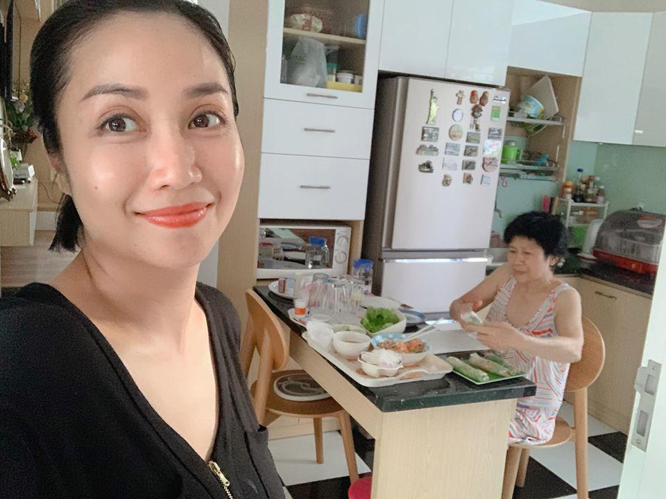 Bận rộn chăm con, mẹ bỉm Ốc Thanh Vân, Lan Cave đắp mặt nạ dưỡng da cả khi lái xe 2