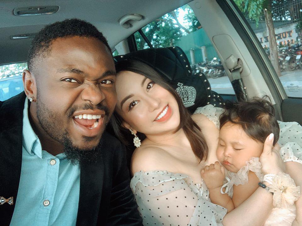 """Chàng châu Phi bị bố vợ hỏi """"Đủ tiền nuôi gia đình không?"""", sau con dùng xe đẩy 16 triệu"""