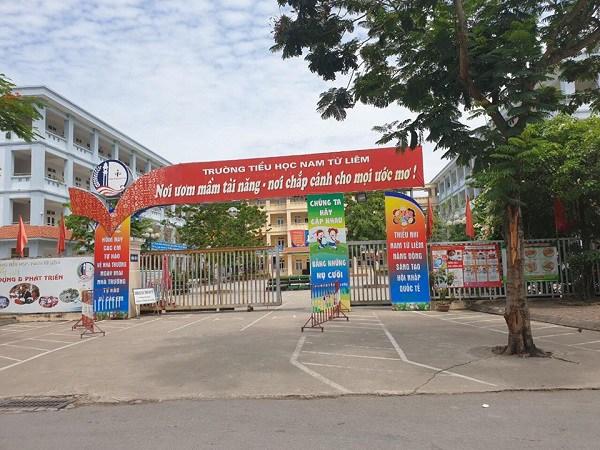 Học sinh lớp 4 ở Hà Nội bị bỏ quên trên xe đưa đón, tỉnh dậy đập cửa kêu cứu
