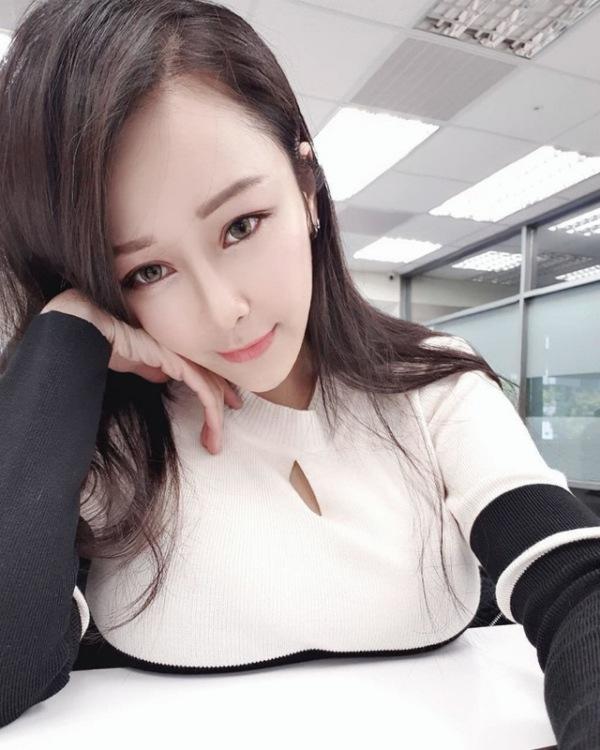 gai xinh nga nhao xuong duong sau cu va cham xe, nhung vong mot cang tron moi gay an tuong - 4