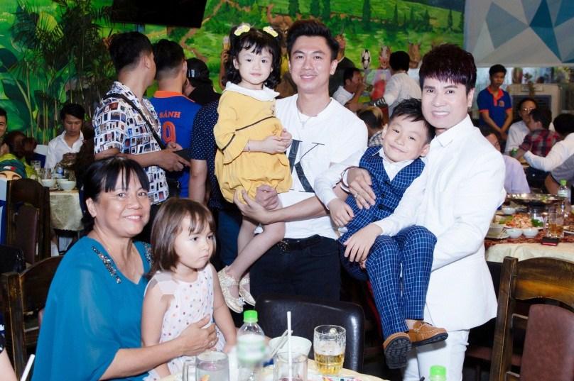 "lan dau tien lo dien con trai 7 tuoi khoi ngo cua ""vua nhac san"" luong gia huy - 11"