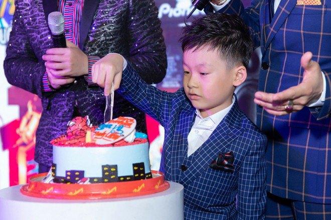 "lan dau tien lo dien con trai 7 tuoi khoi ngo cua ""vua nhac san"" luong gia huy - 3"