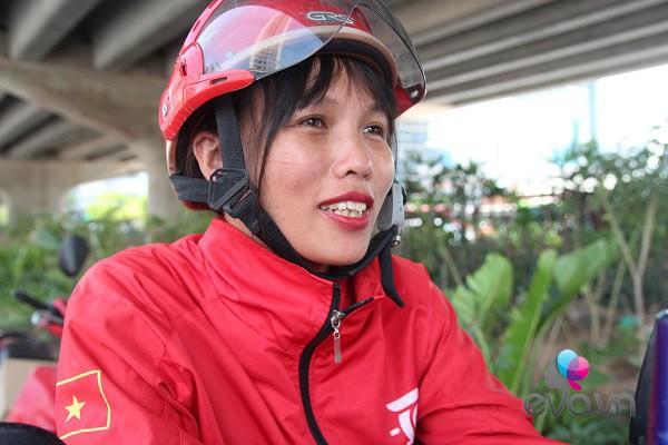 "me hai con chay xe om giua nang nong: ""nhin chi em ngoi mat, duoc lam dep toi them lam"" - 4"
