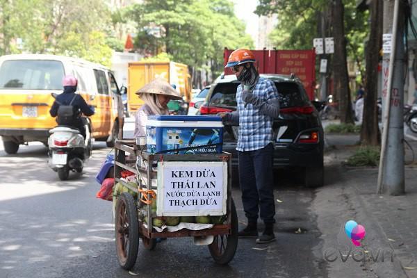 "me hai con chay xe om giua nang nong: ""nhin chi em ngoi mat, duoc lam dep toi them lam"" - 6"